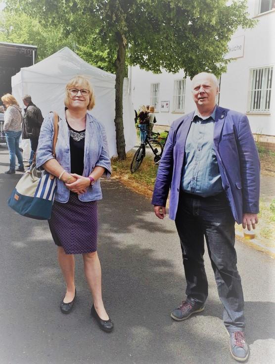 Auf dem Bohnsdorfer Sommerfest: Cornelia Flader, Stadträtin für Weiterbildung, Schule, Kultur und Sport und Wolfgang Knack, Vorsitzender der CDU-Fraktion in der BVV von Treptow-Köpenick